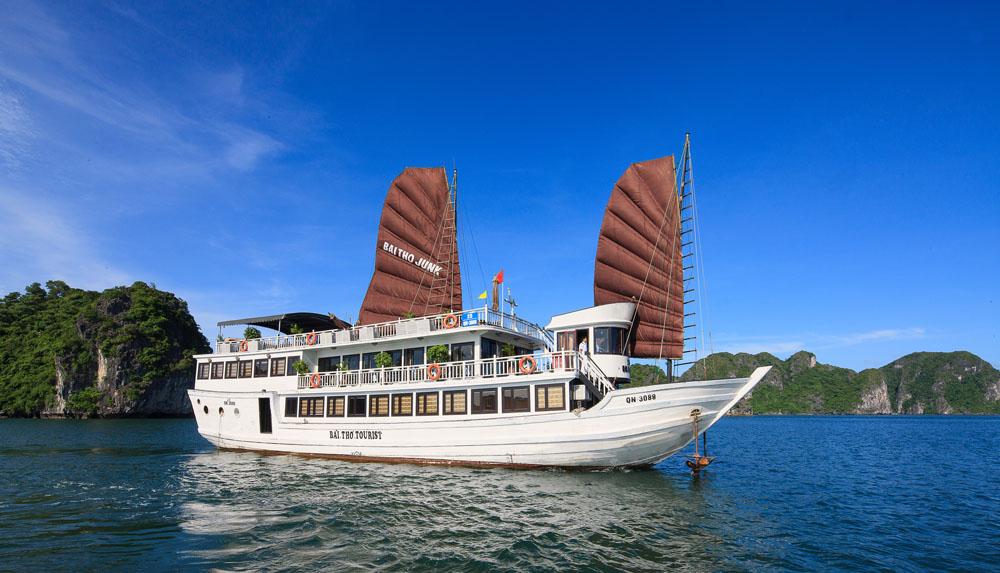 Bai Tho Junk Cruise, Halong Bay, Vietnam