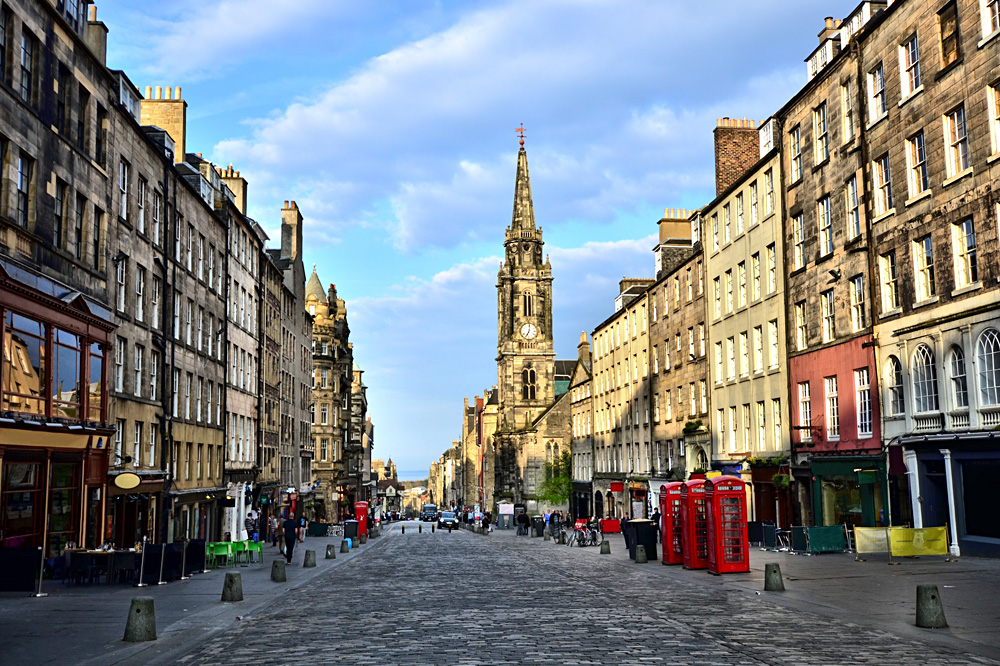 View down the historic Royal Mile, Edinburgh, Scotland, UK (United Kingdom)