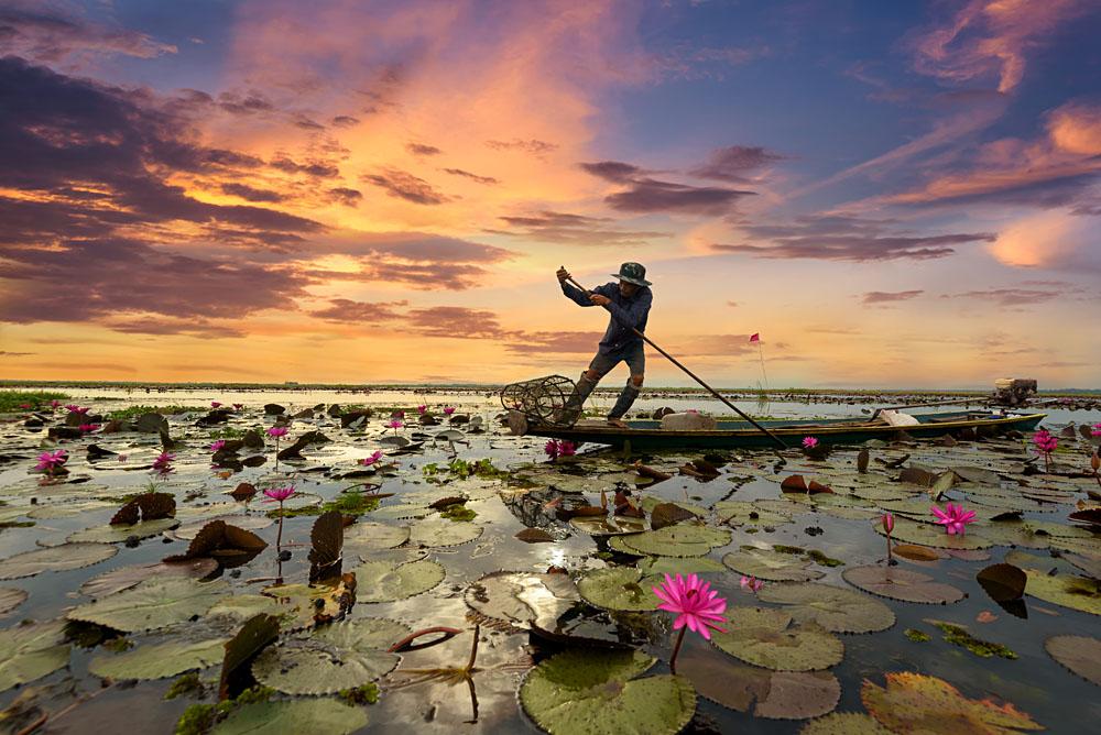 Fisherman boating at sunrise on Yangtze River, China_426663559