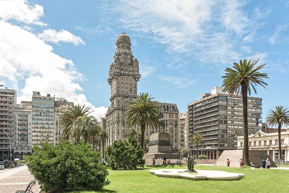 View over the Plaza Independencia toward the Palace de Salvo, Montevideo, Uruguay