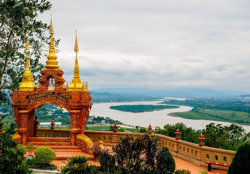 Arch with 3 golden pagodas representing Thailand, Myanmar, Laos at Pra Thad Pha Ngo Temple, Chang Saen, Thailand