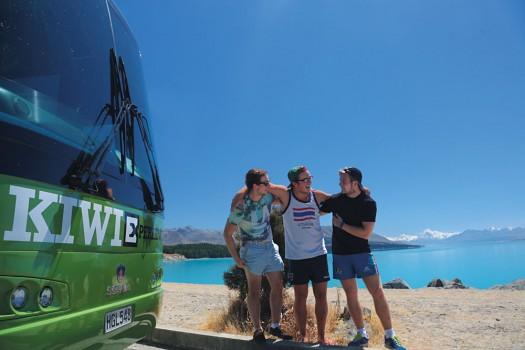 Kiwi-Experience-Friends-at-Lake-Pukaki-South-Island-New-Zealand